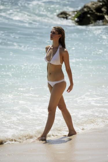 delta_goodrem_bikini_candids_22[1]